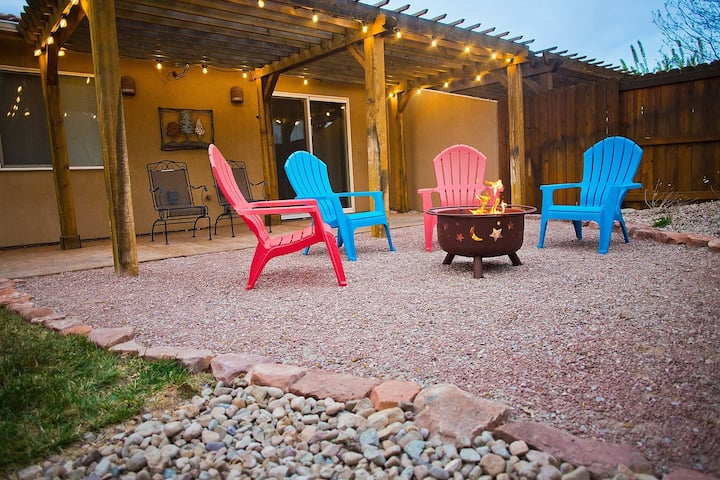 Downtown Moab! Beautifully Decorated - Pet Friendly-Pool - Ping-Pong- Firepit