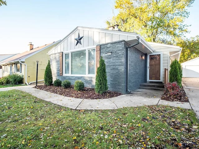 Modern and Cozy Tosa Home (sleeps 10!)