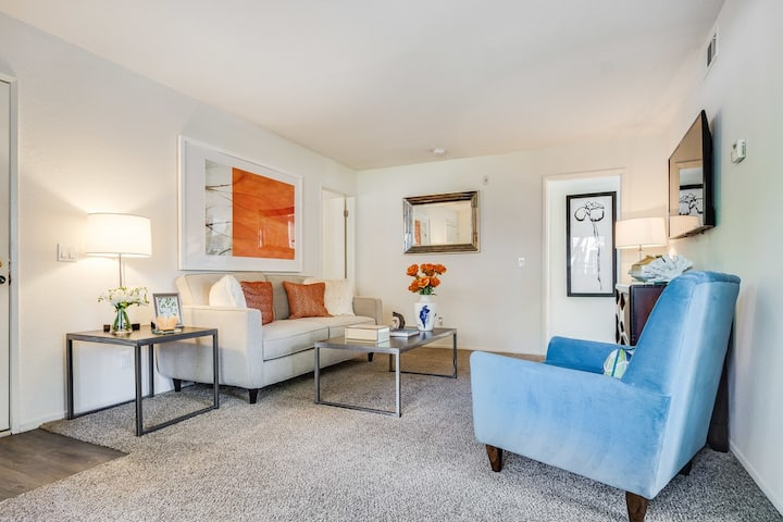 2BR/2BA w/ sparkling pool in Costa Mesa