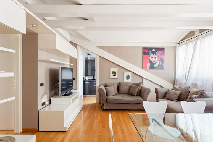 The elgant Living room - The perfect relax area wit the sofas, the TV & the dining table