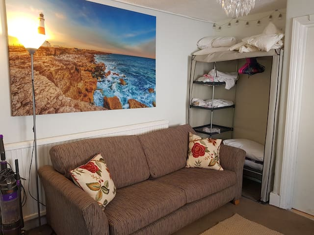 Shared Studio flat with fast wifi FEMALES only