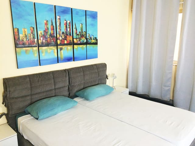 Spacious & cosy private room, roof terrace, Msida