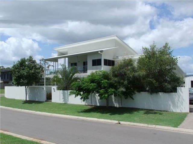 RIVERVIEW LUXURY HOME. PETS OK. BURRUM HEADS QLD.