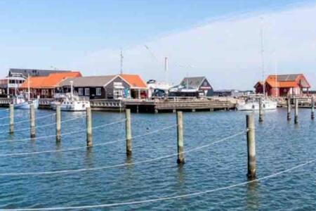 Sæby :     Bo på havnen med udsigt til lystbådene