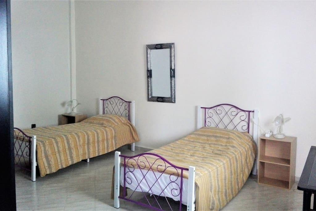 Chambre avec 2 lits et grande armoire