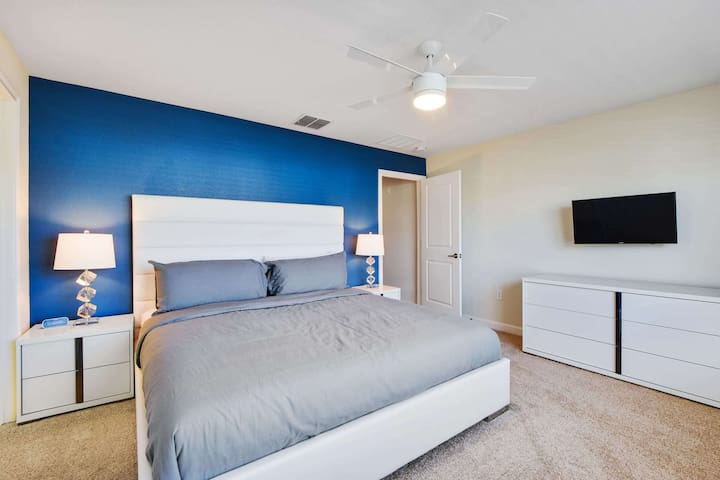This private suite is your oasis of peace after an action-packed day at the theme parks. Located upstairs, this master suite has all the comfort, space and privacy you could want on your vacation.