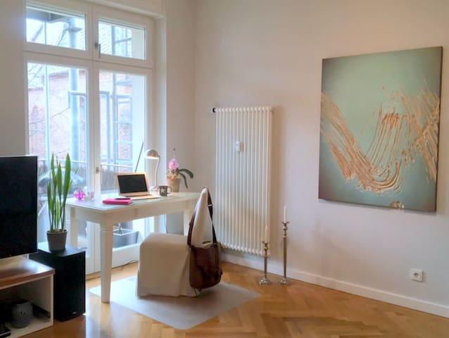 Livingroom with workplace / Wohnbereich mit Arbeitsplatz