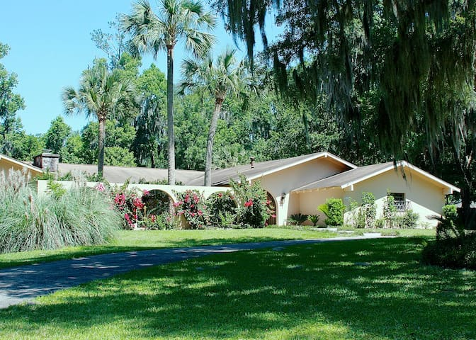 Sunny, Travelers friendly Spanish style Oasis - Ocala - Hus