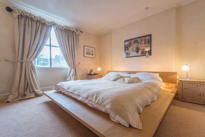 Beautiful room and bathroom, central location - Bristol - House