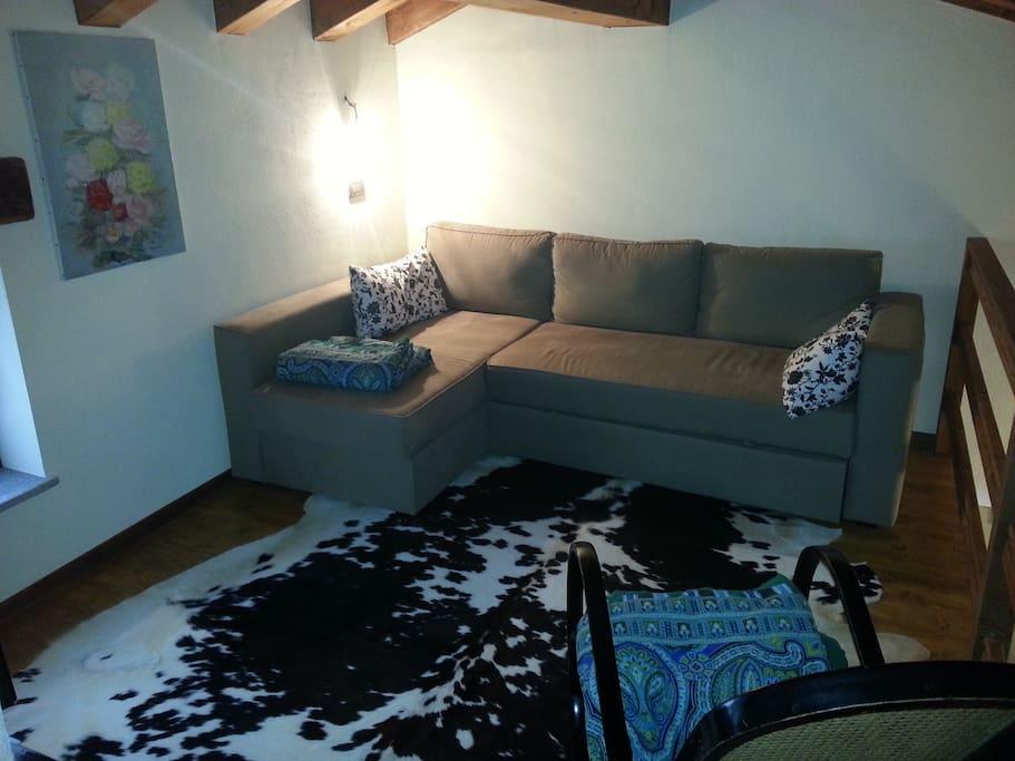 divano letto sul soppalco e angolo TV