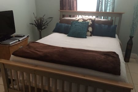 Beautiful queen bedroom very comfortable bed - Greenacres