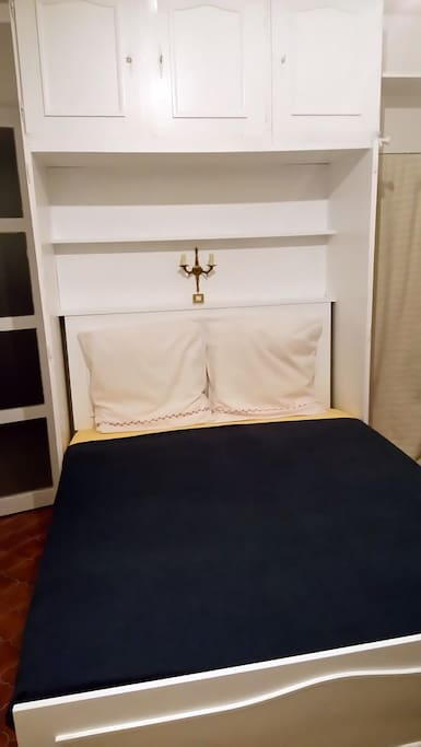 - CONFORTABLE LARGE LIT PRINCIPAL (ARMOIRE-LIT POUR 2) - COMFORTABLE MAIN LARGE BED (CLOSET-BED/MURPHY BED FOR 2)
