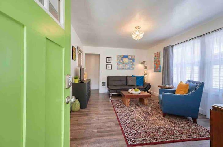 The Green Door 2 Bedroom Cottage walk to Downtown