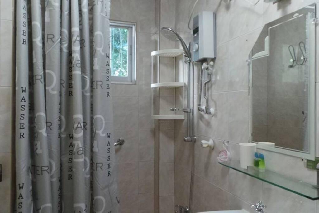 Bad mit Toilette im Apartment drei mit Spiegel und Ablage