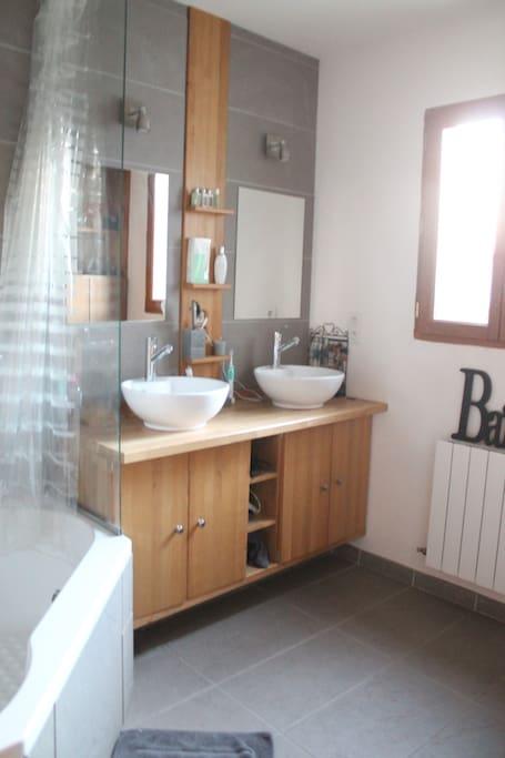 Salle de bain réservée aux invités (une salle de bain parentale à l'étage)