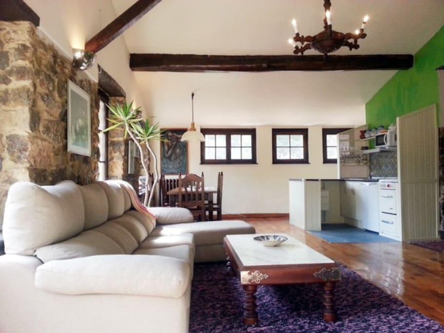 Un amplio salón muy luminoso y cómodo.