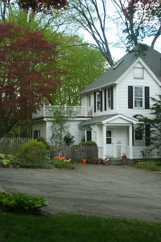 Home surrounded by wooded trails - Sleepy Hollow - Huis