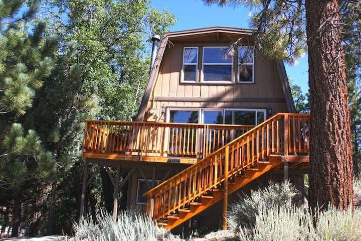 Close to Bear Mountain. Relaxing Spa! BBQ! Fast Wifi. Near Lake and Village. Plenty of Beds.