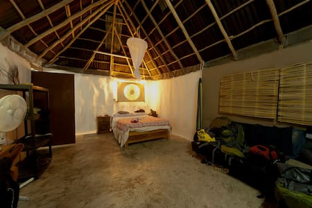 Pretty typical mayan cabin in Tulum town center. Independent in a private house  just 5 blocks walking from Main Avenue and 2.5 miles away from the beautiful and idyllic turquoise beaches of Tulum .