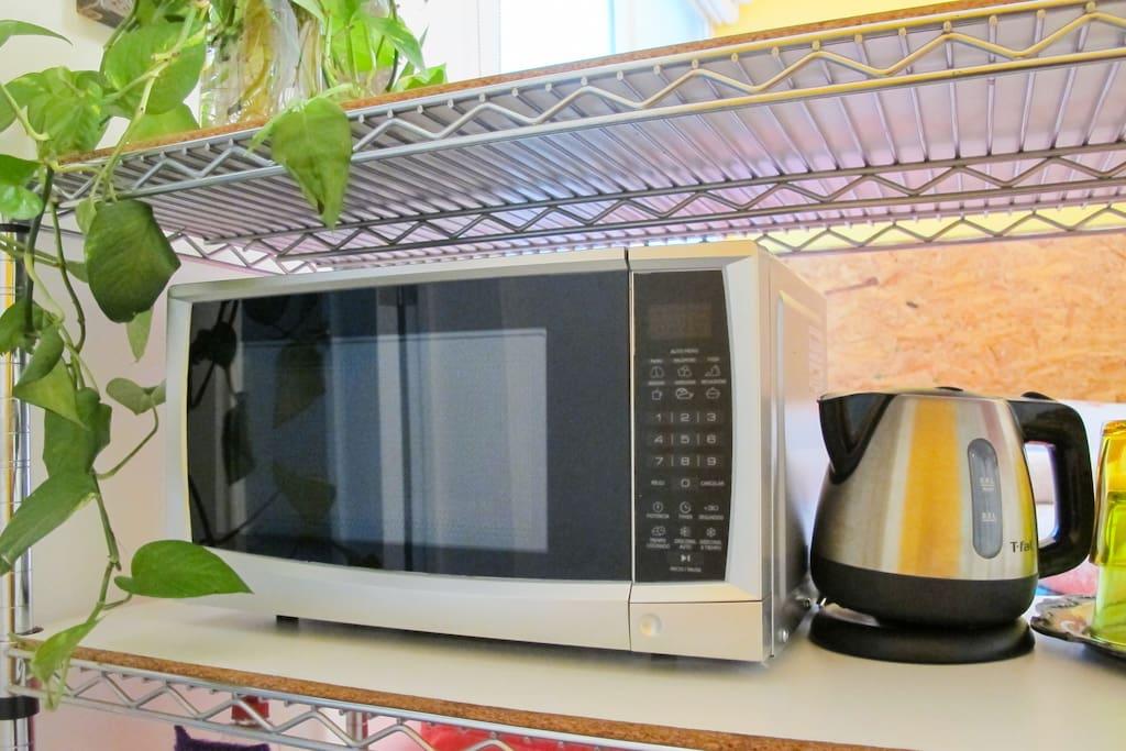 Microondas, refrigerador, tetera eléctrica y cafetera facilitan tus días en la ciudad.