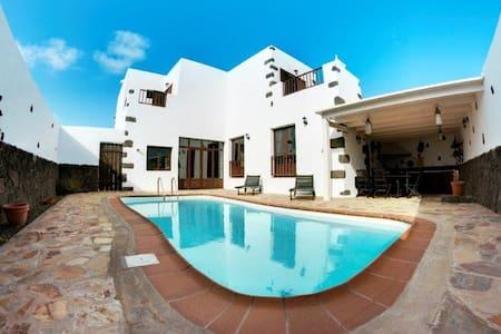 Villa LYONIA en Tinajo         - Tinajo - Villa