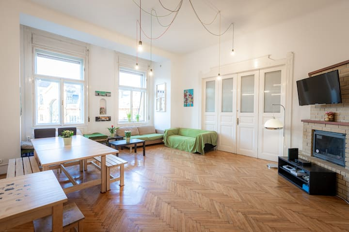 Spacious 6 Bed shared room in Budapest