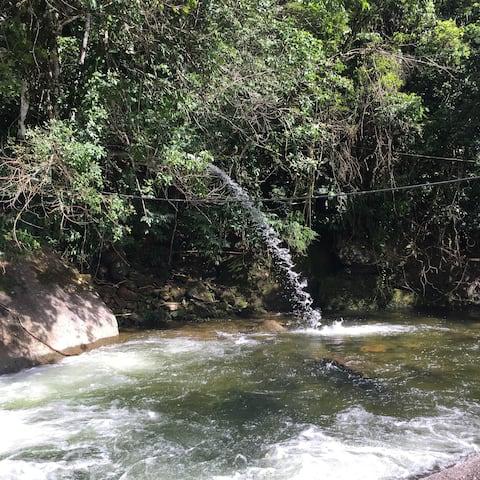 Chalé da Cachoeira no pé da  serra de Friburgo
