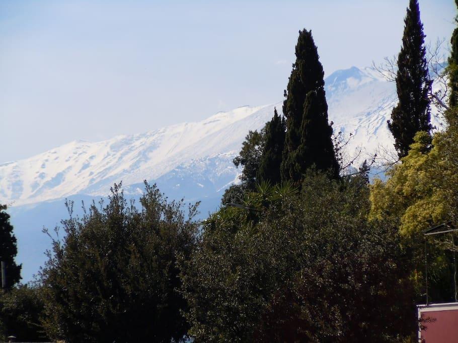 L'Etna innevata vista dal solarium