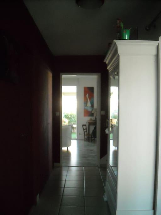 hall d'entrée vers le salon et la véranda