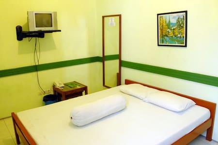 Pondok Asri Guest House is an ideal place to explore the city. 8 mins from Gubeng Train Station and 10 mins from heart of the city, make your bussinese and vacation trip more easy .