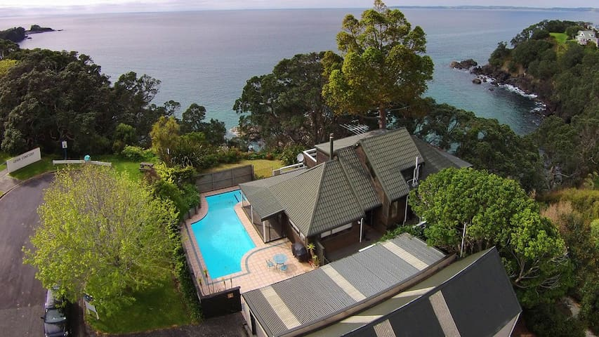 Clifftop ocean-front beach house - Leigh
