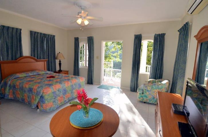 King size bed with natural breeze or A/C