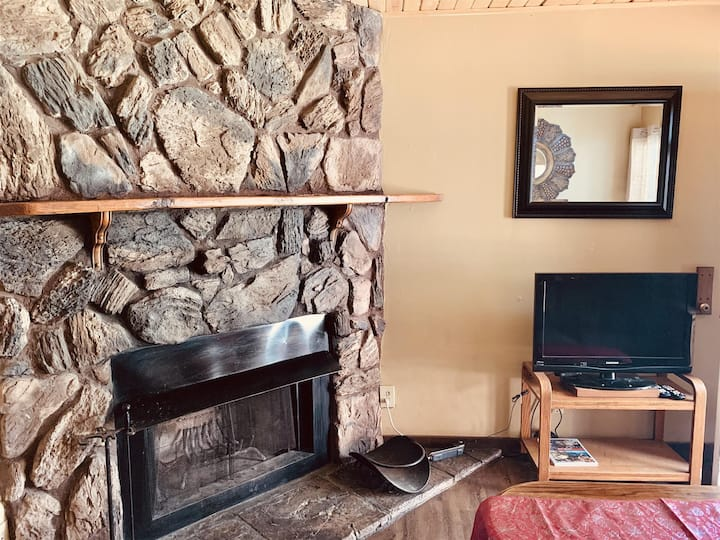 Fireside Cottage for 2 with a sundeck in Big Bear!