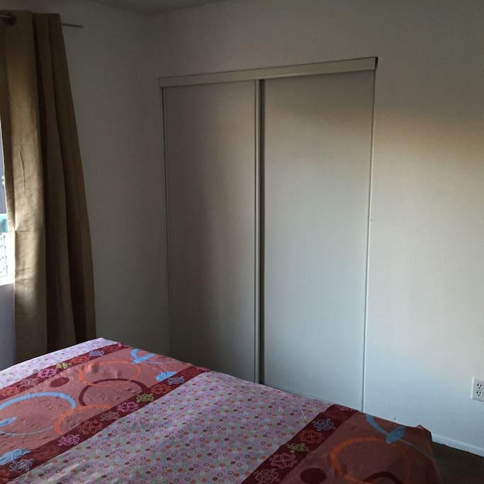 宽敞的储物壁柜
