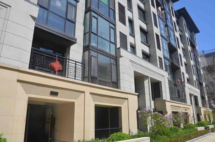 奥斯卡的家高档小区三室一厅地铁站附近落地窗阳台可住6-8人