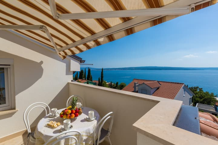 Apartment with beautiful sea view close to the sea