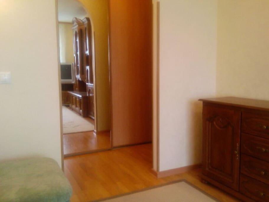 В прихожей шкаф-купе с зеркальной дверью, которая придает дополнительную освещенность