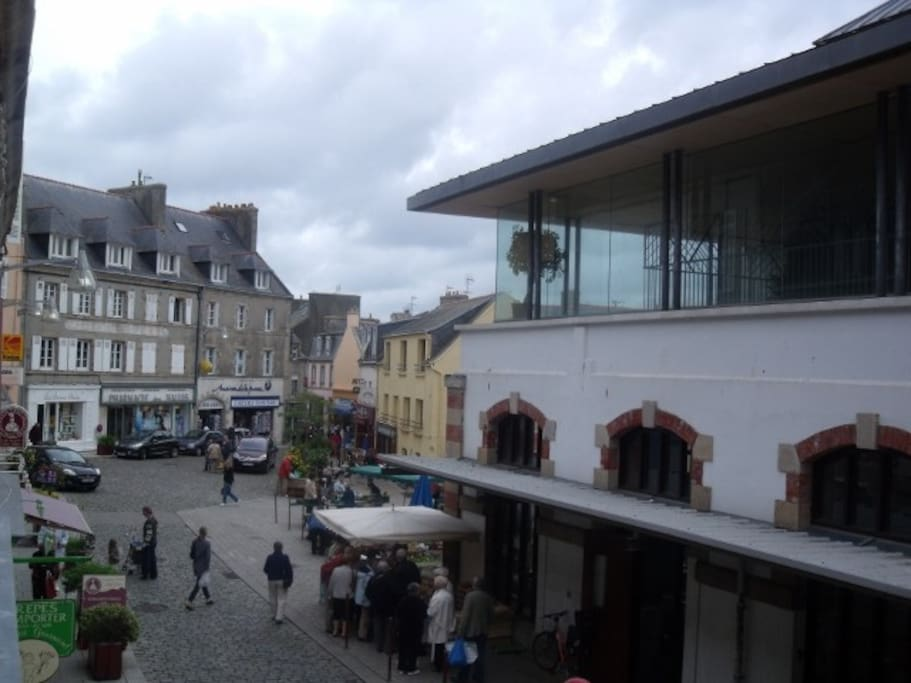 Vue de la façade (halles et centre-ville)
