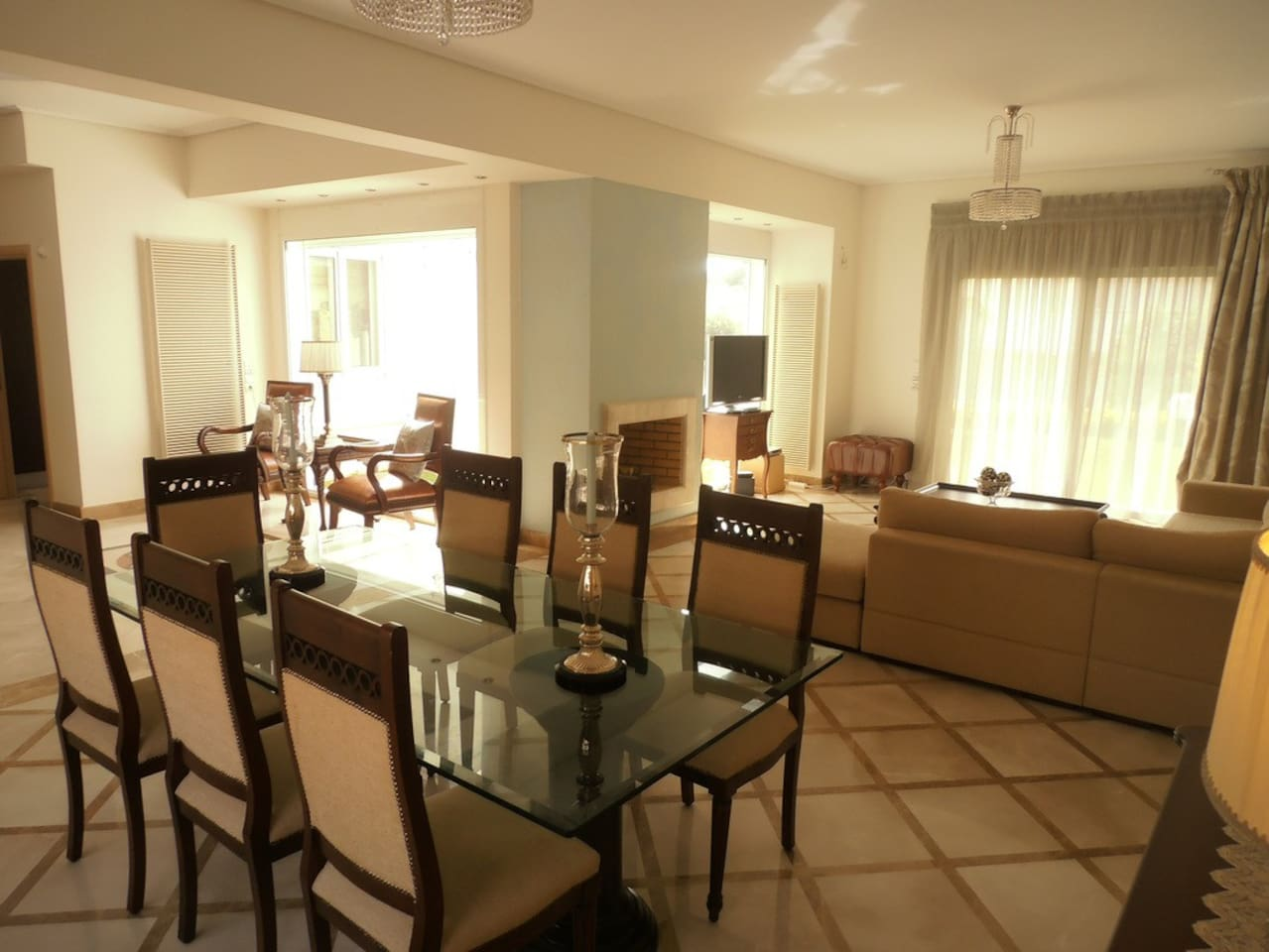 Spacious living room with dining table. View to garden.