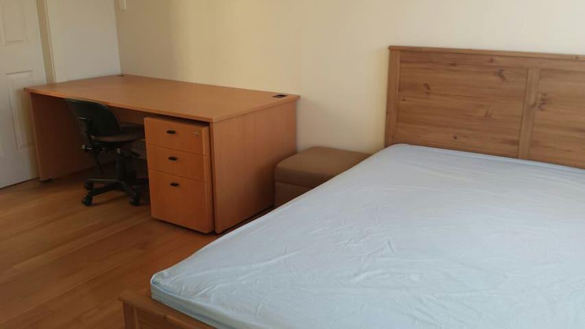 Classy Comfortable En-Suite - Ashfield - House