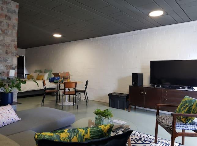 Ateliers #8 Modern Art Decor Studio Apartment