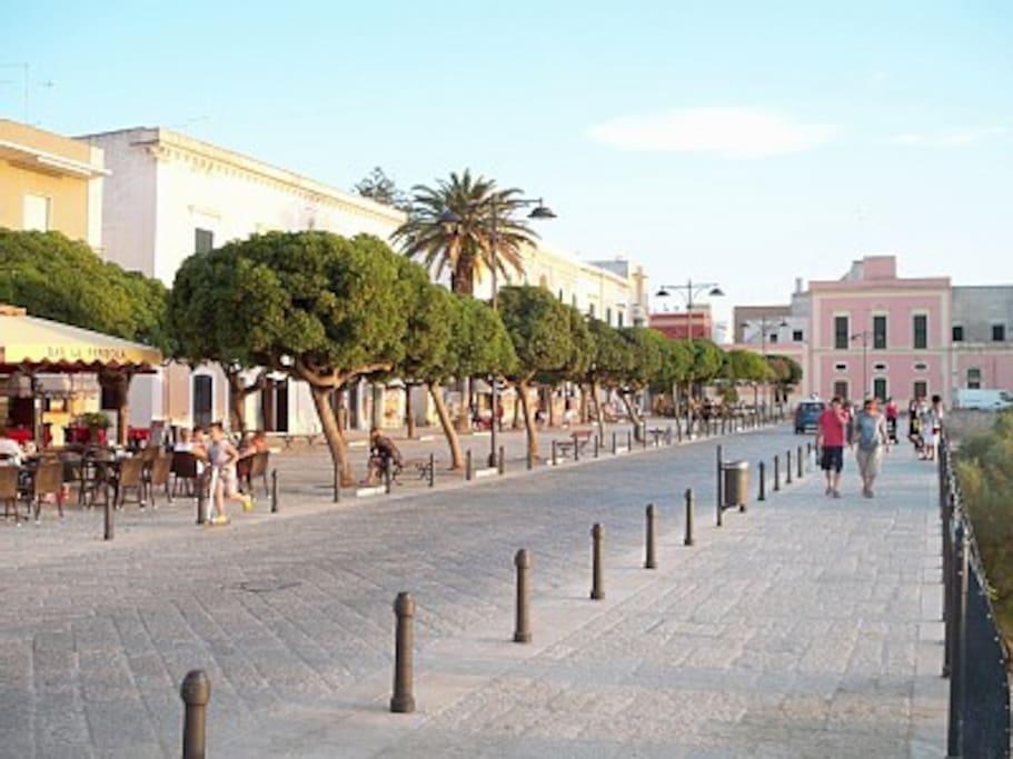 La piazza centrale di Santa Maria al Bagno a 50 metri da casa