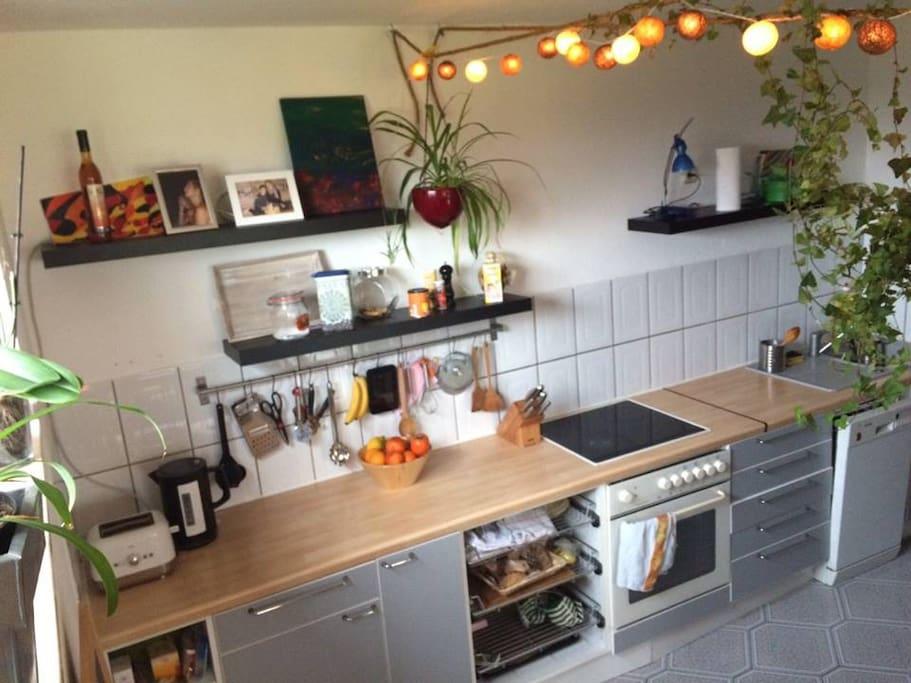 Küche mit Herd, Spühlmaschine..