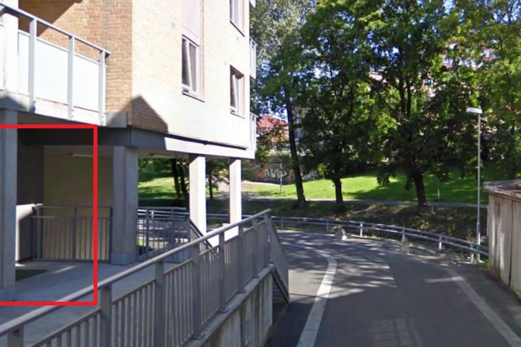 Red box shows entrance to the block of flats.