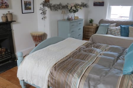 Airy studio has db, futon & ensuite - Wellington