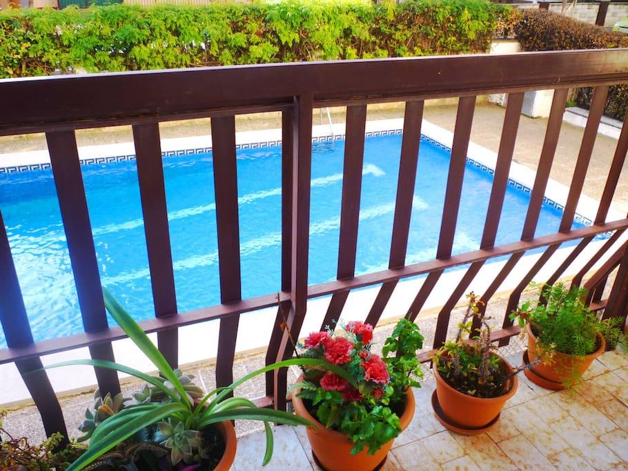 Vista desde el balcón-terraza / View from the balcony to the swimming pool