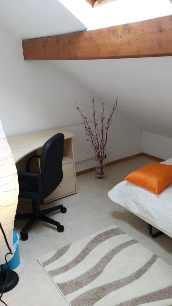 Petite chambre dans une maison