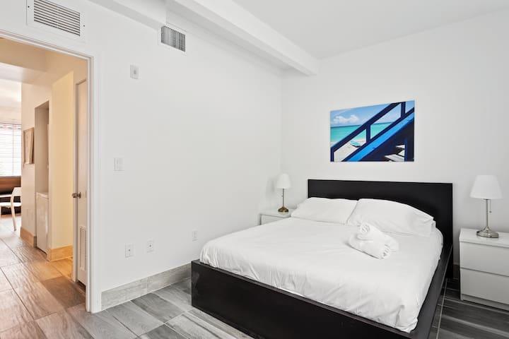 Designer One Bedroom One Bathroom w/Full Kitchen - Sleeps (4) | No Cleaning Fee - P
