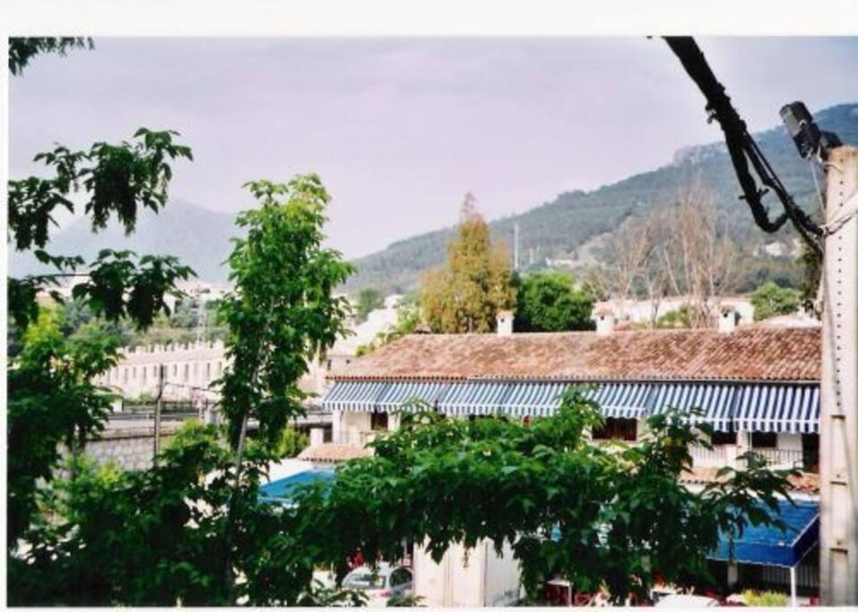 Vistas dese el balcón de la casa. ...plaza el anden y la sierra de grazalema