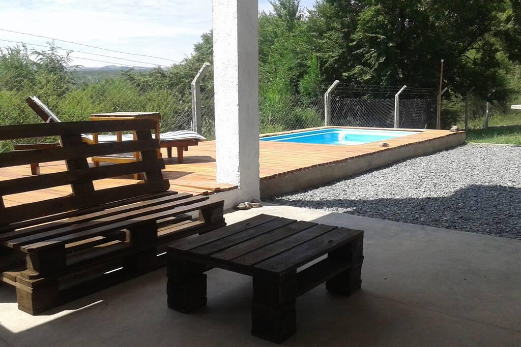 Quincho con baño y lavadero junto al deck y piscina